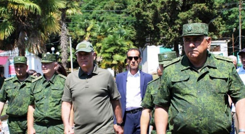 Главнокомандующий Вооруженными Силами Республики Абхазия Аслан Бжания посетил с рабочим визитом оборонное ведомство страны.