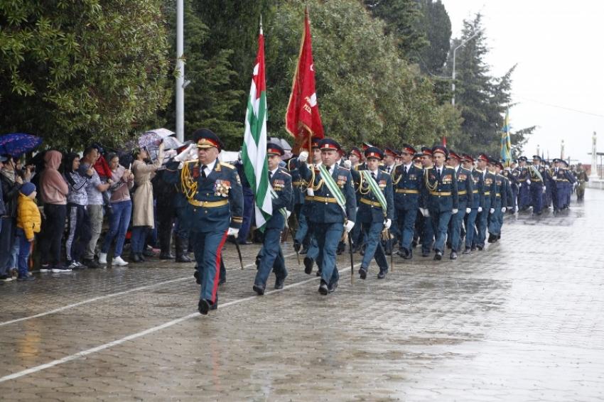 Парад в честь дня Победы в Великой Отечественной войне прошел в Сухуме на набережной махаджиров.