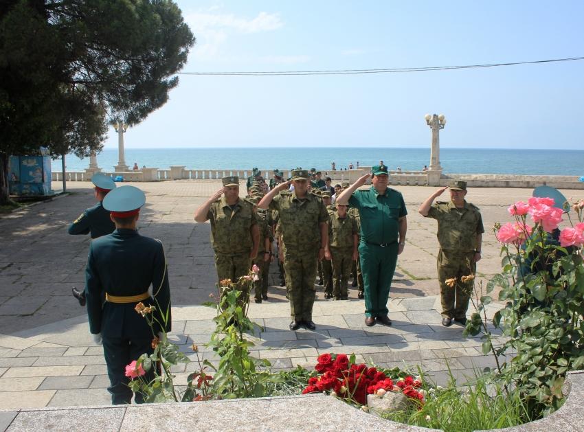 Военнослужащие Вооруженных Сил почтили память воинов Великой Отечественной войны.