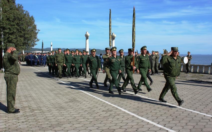 Тренировка военного парада, посвящённого  76-летию Победы в Великой Отечественной войне 1941 – 1945 гг. прошла в Сухуме на набережной Махаджиров.