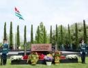 Министр обороны генерал-полковник Владимир Ануа возложил цветы к могиле первого президента Владислава Ардзинба.